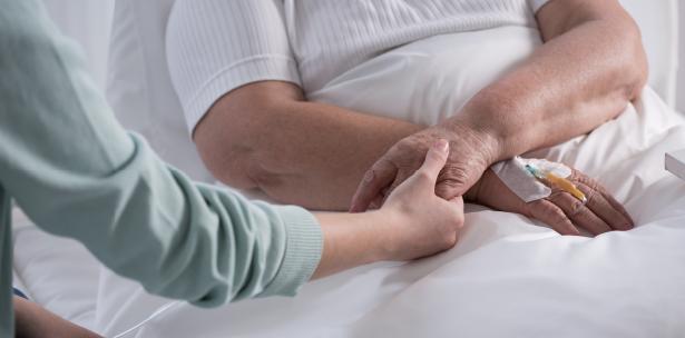 Una enfermera que dedicó años en cuidados paliativos formuló los cinco arrepentimientos de las personas antes de morir (iStock)