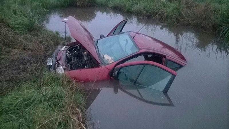 Un auto despistó sobre Autovía Artigas y terminó sumergido en un canal de agua Crédito: TalCual