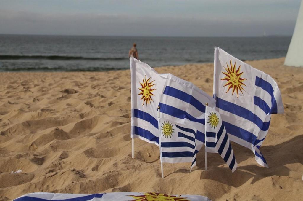 uruguay_playa_con_banderas